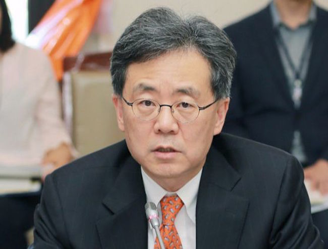 Trade Minister Kim Hyun-chong in a meeting (Image: Ministry of Trade, Industry and Energy)