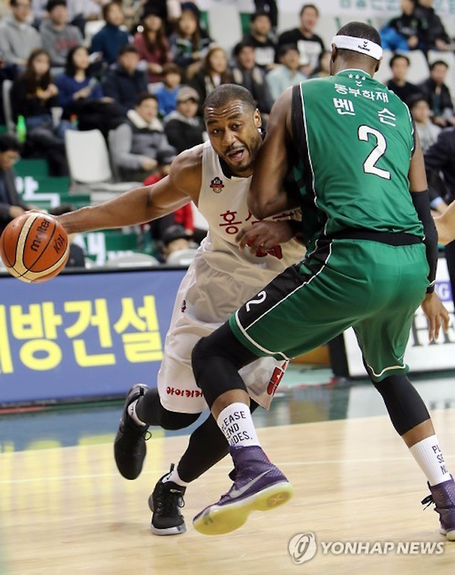 Furthermore, the argument has been made that keeping the 200cm plus players out would ultimately weaken South Korean basketball's competitiveness, since players must compete with athletes taller than 200cm on the global stage. (Image: Yonhap)