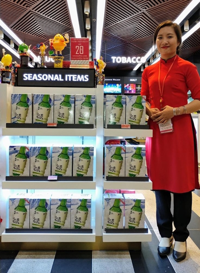 Building on last year's record-setting results, Lotte Liquor will begin selling Chumchurum in Da Nang International Airport's new terminal, the first time the liquor has been sold in duty free shops abroad. (Image: Lotte Liquor)