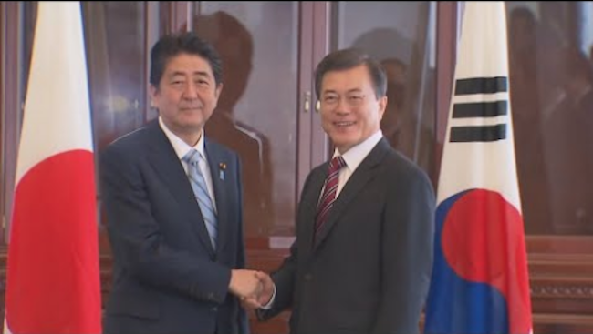 Prime Minister Shinzo Abe and President Moon Jae-in from left to right (Image: Yonhap)