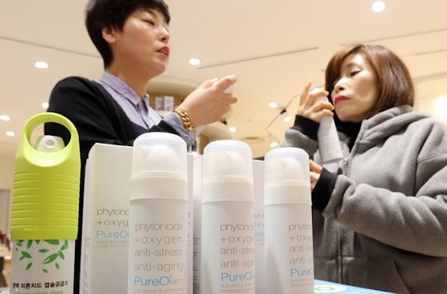 Manufacturers of portable oxygen canisters will be obligated to submit test results proving their safety and effectiveness, starting November 1, when applying for the license to sell them, the Ministry of Food and Drug Safety (MFDS) said Friday. (Image: Yonhap)