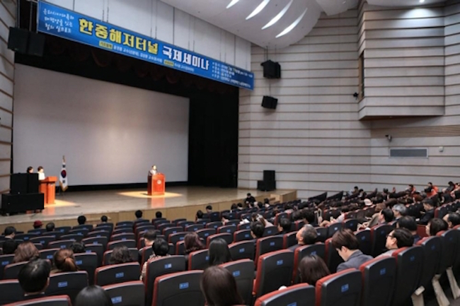 "On March 19, Li Xiguang of Tsinghua University spoke of the need to link the Korean peninsula and China's ""One Belt One Road"" initiative to serve as the center of the ""super Northeast Asia economic zone"" at a seminar in South Chungcheong. (Image: Yonhap)"