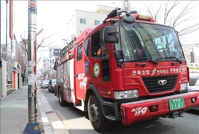 To maximize the duration of time that firefighters have to bring people out to safety, the police have announced that a technology that autonomously regulates traffic lights to give emergency vehicles priority on the road will be expanded nationwide. (Image: Yonhap)
