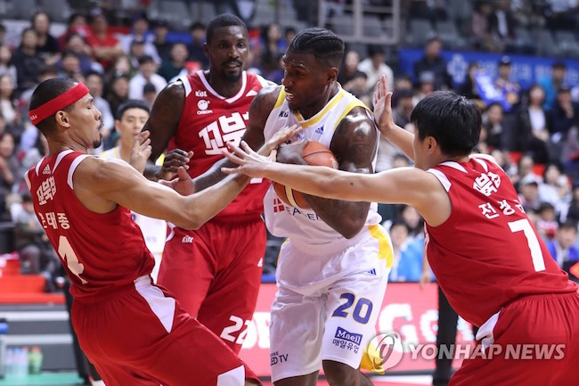 "The KBL's decision to limit foreign basketball imports to heights of 200cm for ""tall"" players and 186cm for ""short"" ones has sparked criticism for the constant rule changes and failure to understand fan sentiment. (Image: Yonhap)"