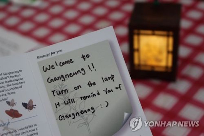 "Messages from Olympics athletes back home thanking the people of Gangneung for handmade postcards and ""Welcome to Gangneung"" lamps are generating interest among the general public. (Image: Yonhap)"