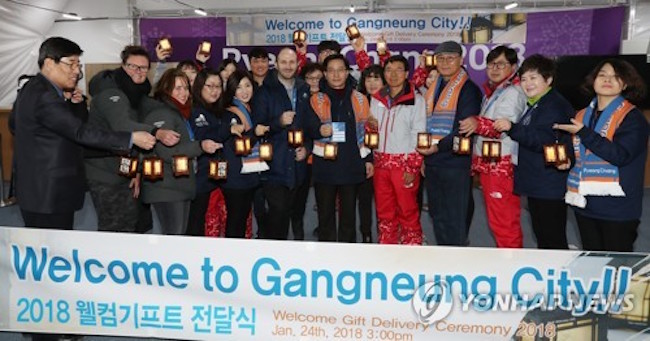 Around 7,000 lamps were presented to the head of the foreign media delegation in late January by Gangneung mayor Choi Myeong-hee, and 9,000 or so were later delivered to athletes in the Gangneung athletes' village.  (Image: Yonhap)