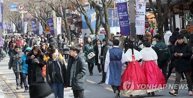The historic Jeonju Hanok Village has been visited by more than 10 million people, in each of the past two years, setting a new record. (Image: Yonhap)