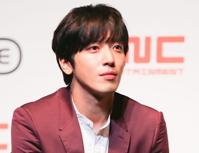 Jung Yong-hwa, the main vocalist of the pop rock band CNBLUE, will stand trial for suspected illegal admission to a graduate school program without due process, police said Friday. (Image: Yonhap)
