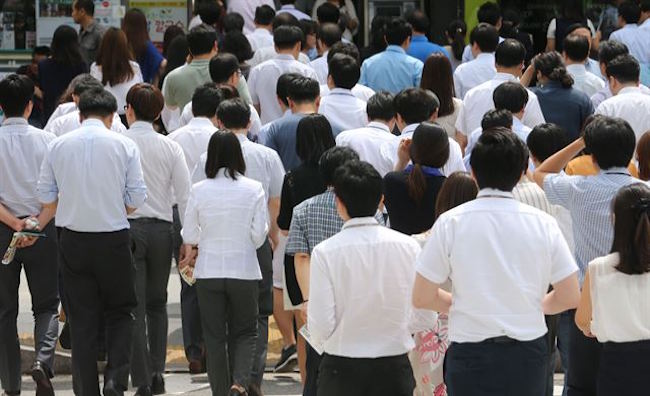 Working South Koreans self-assess their lifetime accumulated fortune to amount to about 800 million won, 3.2 billion won short of the 4 billion won baseline to be considered rich. (Image: Yonhap)
