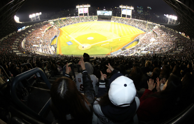 The arrival of baseball season has South Korean mobile carriers SK Telecom, KT and LG Uplus gearing up their marketing efforts employing cutting edge technology such as IoT, fifth-generation wireless networks (5G) and augmented reality to win the hearts of fans. (Image: Yonhap)