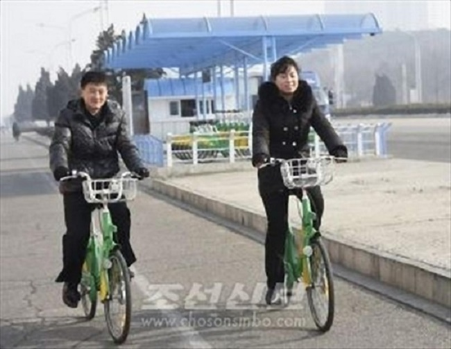 According to the Choson Sinbo, a North Korean newspaper, a bike sharing service is currently being trialed in the North Korean capital, with a total of five rental stations in operation on Kwangbok Street. (Image: Chosun Shinbo