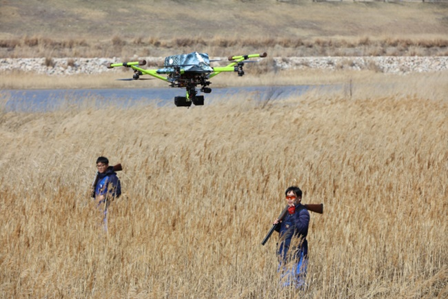An unmanned aerial vehicle was launched on Thursday afternoon at a reservoir just 2 kilometers off the runway at Incheon Airport, as part of testing for the new bird strike prevention method. (Image: Yonhap)