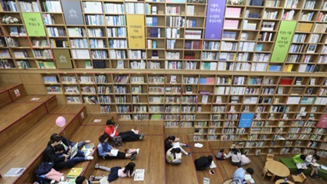As part of the scheme, bookstores and libraries across the country will introduce reading programs both online and offline throughout the year. (Image: Yonhap)