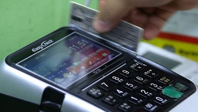 According to the report released by the BOK on Tuesday, spending on debit cards jumped 10 percent on-year last year, reaching 466 billion won (US$435.9 million). (Image: Yonhap)