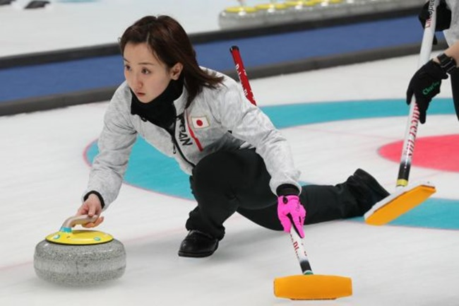 During the PyeongChang Olympics, the Japanese women's curling team was seen eating strawberries during a break in action, with team member Yumi Suzuki praising the taste of South Korean strawberries during a press conference. (Image: Yonhap)