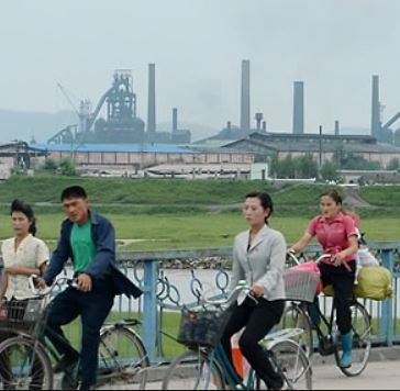 Just like in Seoul, a bike sharing service is the hottest trend in Pyeongyang. (Image: Chosun Shinbo)