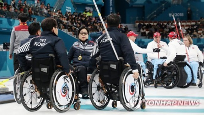 South Korean wheelchair curlers gather during their match against Norway at the PyeongChang Winter Paralympics at Gangneung Curling Centre in Gangneung, Gangwon Province, on March 14, 2018. (Image: Yonhap)