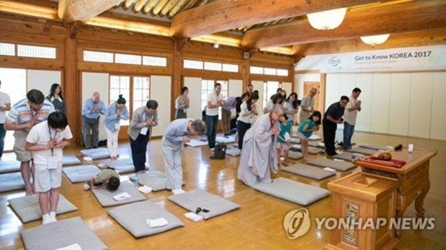 This file photo shows participants in a temple stay program in Jingwansa Temple in western Seoul on May 27, 2017. (Image: Yonhap)