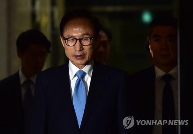 Lee, president from 2008-2013, is suspected of taking about 11 billion won (US$10.3 million) in bribes from the state intelligence agency, businesses and others. He's also accused of embezzlement and abuse of power. (Image: Yonhap)