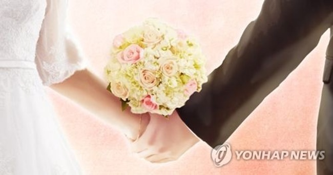 The number of people tying the knot came to 264,500 in 2017, down 6.1 percent, or 17,200, from a year earlier, according to Statistics Korea. The figure is the lowest since 1970, when related data began to be compiled. (Image: Yonhap)