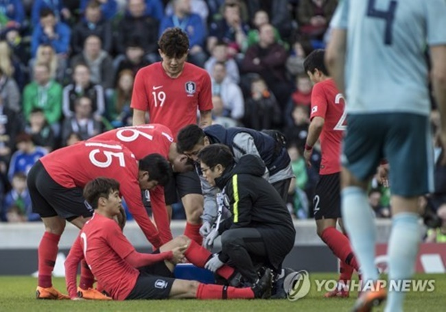 South Korea national football team left back Kim Jin-su talks with team doctors during a friendly match between South Korea and Northern Ireland at Windsor Park in Belfast on March 24, 2018. (Image: Yonhap)