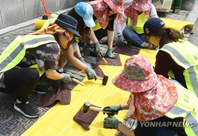 Road accident statistics back the claim as traffic accidents involving children often take place while children cross the road between cars, or get in and out of cars. (Image: Yonhap)