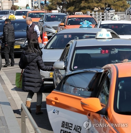 Kakao Taxi's plans to charge users fees for quicker cab bookings have drawn mixed reviews. (Image: Yonhap)