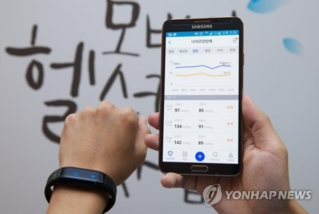 From regular checkups to medical counseling, scores of municipal governments across South Korea are adopting mobile health technology in a bid to improve public health. (Image: Yonhap)