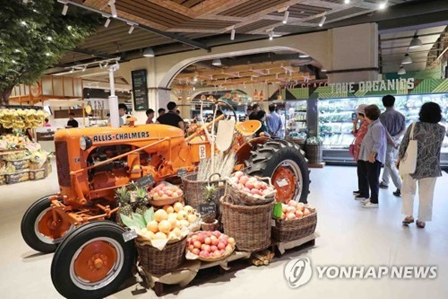 Despite the rising cost of living in South Korea, premium supermarkets are quickly gaining popularity among high-income earners, with a focus on quality over quantity. (Image: Yonhap)