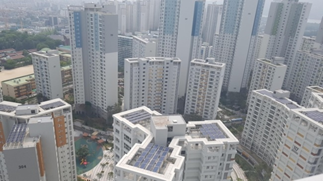 Under the new renewable energy quota, buildings larger than 100,000 square meters in total floor area will have to rely on renewable energy for at least 16 percent of their energy consumption, the Seoul Metropolitan Government said on Wednesday. (Image: Yonhap)