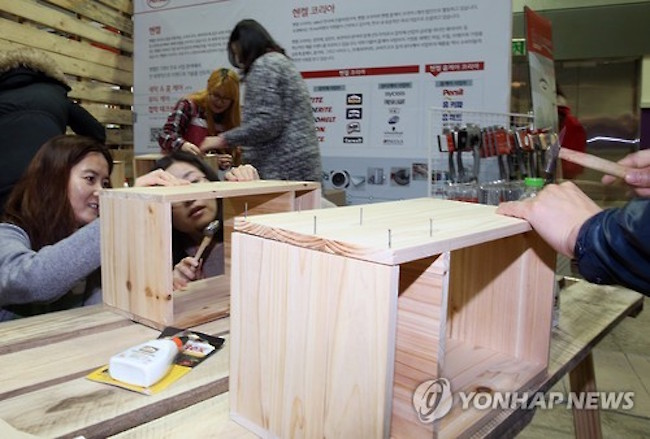 The unit price of furniture sold in 2017 dropped from a year earlier, while that of consumer electronics rose amid shifting consumer trends centered on single and two-person households, industry sources said Tuesday. (Image: Yonhap)