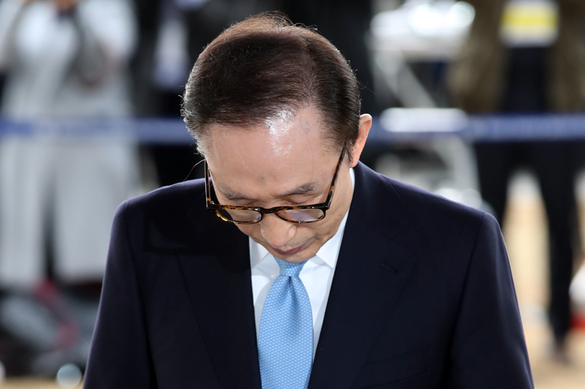 Former President Lee Myung-bak arrives at the Seoul Central District Prosecutors' Office for questioning on March 14, 2018. (image: Yonhap)