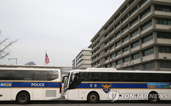 South Korean police buses are being criticized for contributing to the air pollution that frequently blankets Seoul and other cities across the country. (Image: Yonhap)