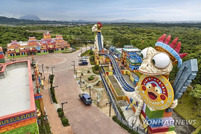 Ranging from a theme park, a convention center and a casino to a hotel and condominiums, the resort complex is packed with entertainment and recreational venues covering 2.5 million square meters of land in the city of Seoqwipo. (Image: Jeju Shinhwa World)