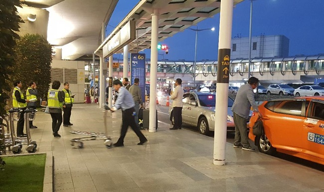 In a first, nine taxi drivers who charged foreign customers unfair cab fares will not be able to operate at the airport for 60 days. (Image: Yonhap)