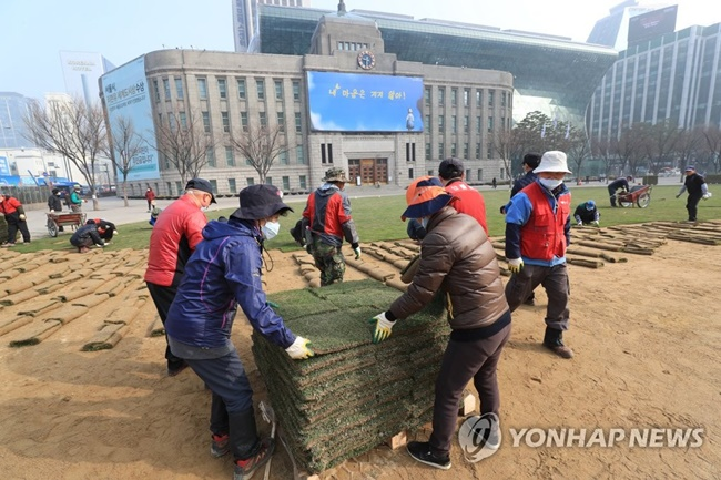 Plans to plant grasses at Seoul City Hall Plaza have been postponed amid high fine dust levels across the country. (Image: Yonhap)