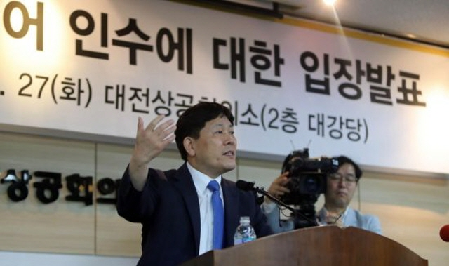 Tirebank Chairman Kim Jeong-kyu announces the company's plan to acquire Kumho Tire at a press conference in Daejeon. (image: Yonhap)