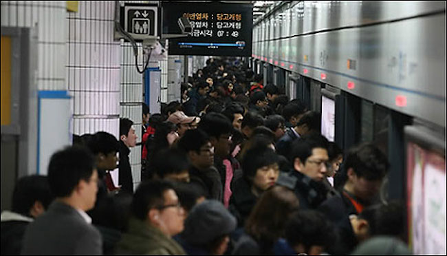 Employees heading home during rush hour (Image: Yonhap)