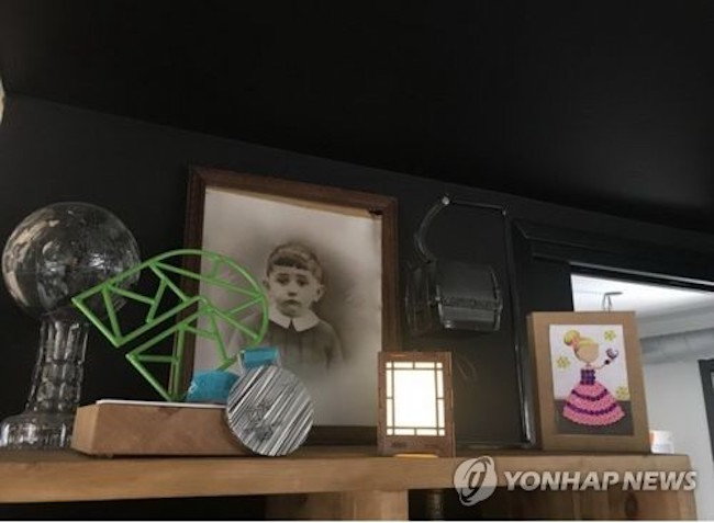 Martinod also took a photo of her silver medal won at the PyeongChang 2018 Winter Olympics next to the gift lamp and sent the picture to the lamp's maker, 45-year-old Kim Hye-jeong of Gangneung. (Image: Yonhap)
