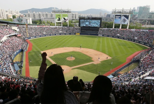 S. Korean Baseball Adopts No-pitch Intentional Walk to Speed up Games