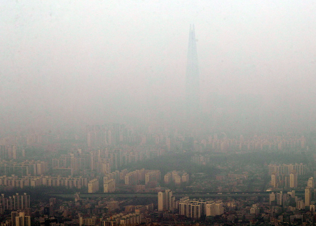 South Korean cosmetics companies are concentrating their marketing efforts on anti-pollution products amid growing concerns over fine dust here, industry watchers said Monday. (Image: Yonhap)