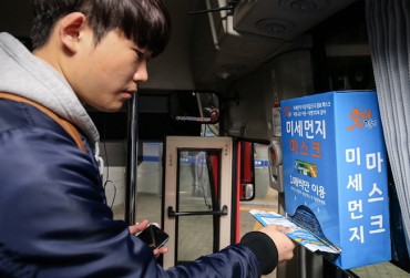 Gyeonggi's Free Dust Mask Distribution on Buses a Hit