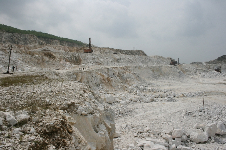 Magnesite being mined at a mine in North Korea's South Hamgyong Province. (image: North Korea Resource Inst.)