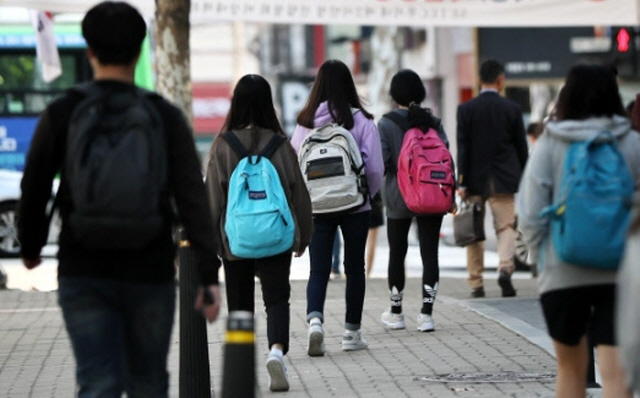 The data also showed that 43.4 percent of the students spent less than two hours on leisure activities, down by 0.8 percentage points from the previous year. (image: Yonhap)