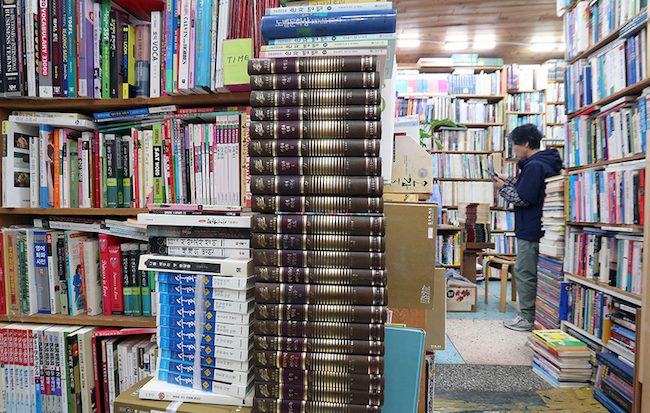 "Last year, the Ministry of Sports, Culture and Tourism declared 2018 to be a ""year of books"" and set a goal of pushing up the publishing industry's total revenues of 3.95 billion won in 2016 to 4.37 billion won in 2021. (Image: Yonhap)"