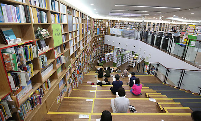"The National Library of Korea analyzed the number of loaned out books in the science category by 660 public libraries over an approximate three year period, and it found ""The Selfish Gene"" was checked out 24,064 times. (Image: Yonhap)"