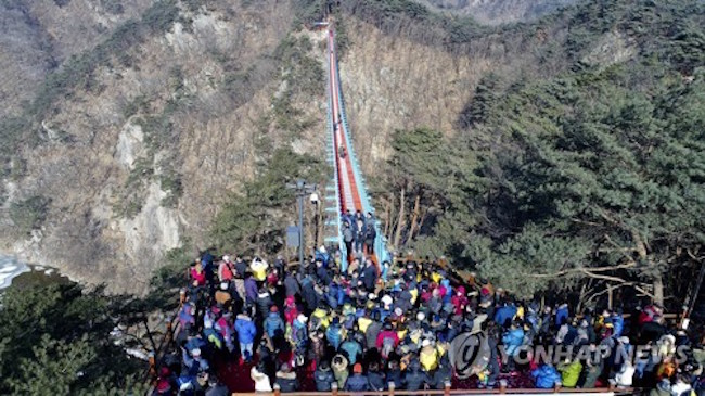 South Korea's largest suspension bridge, 1.5 meters wide and 200 meters long, has been a favorite for hikers at Sogeum Mountain in Wonju ever since it opened in January. (Image: Yonhap)