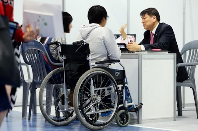After inspecting 27,012 entities in the private sector last year, the Ministry of Employment and Labor revealed the average employment rate (compared to number of full-time workers) for individuals with disabilities was 2.61 percent, and that this figure declined among employers with larger workforces. (Image: Yonhap)
