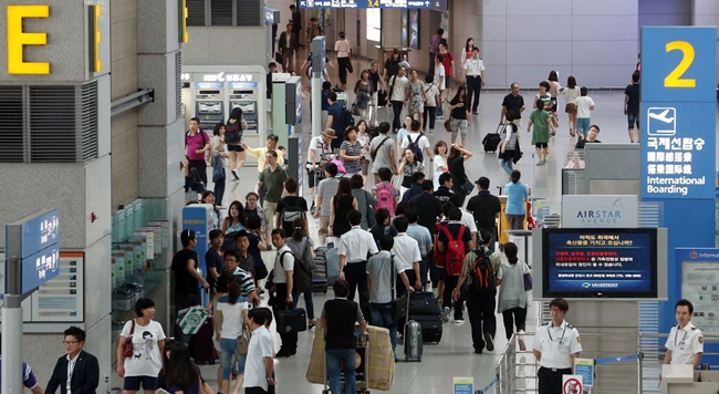 According to a report released by the Korea Association of Travel Agents, over 24.83 million South Korean women traveled abroad last year, excluding flight attendants who accounted for 6.3 percent. (Image: Yonhap)