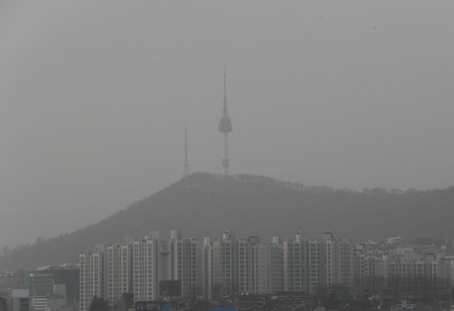 "Seoul skyline on April 6, when fine dust levels soared past the cutoff noting ""very bad"". (Image: Yonhap)"